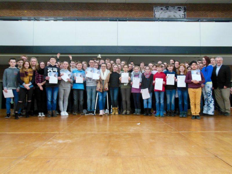 Überdurchschnittliche Leistung und soziales Engagement – Schülerehrung an unserer Schule