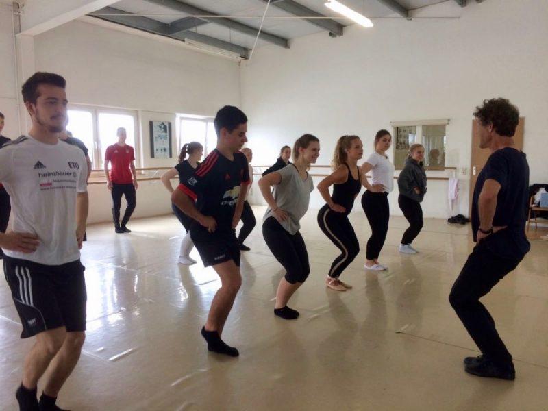 Sport LK tanzt Ballett im Hof